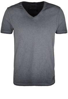 Shirt VNECK CIRCLE    Lässiges Basic-Shirt von BETTER RICH. Die coole, verwaschene Optik wird durch die spezielle Garment-Dyed-Waschung erzielt, die jedes Teil zu einem Unikat macht. Ein cooles Shirt im cleanen BETTER RICH Style.    Ausschnitt / Kragen: V-Ausschnitt  Brustweite: ca. 51 cm (Größe M, einfach gemessen)  Fit: gerader, lockerer Schnitt  Größenflag: fällt größengetreu aus  Länge: hüf...