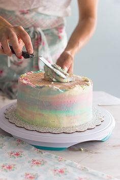 <p>Cada día recibo emails de como el hecho de hacer una tarta para un cumpleaños o celebración, se vuelve una odisea. Y con toda la razón del mundo, ya que queremos preparar la mejor y más preciosa tarta y presentarla…</p>