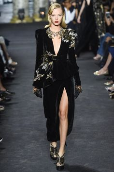 "New York became the theme for the new collection of Elie Saab Haute Couture Fall 2016. But the huge and bustling metropolis ""not killed"" fine oriental luxury, which is famous for Elie Saab! His model..."
