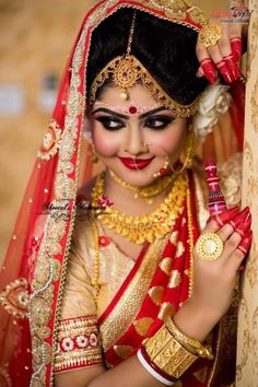 Indian Bride Photography Poses, Indian Bride Poses, Indian Wedding Poses, Indian Bridal Photos, Indian Wedding Fashion, Bengali Wedding, Bengali Bride, Wedding Couple Poses Photography, Bridal Photography
