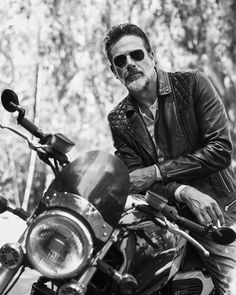 Jeffrey Dean Morgan photographed by John Russo for Esquire México Jeffrey Dean Morgan, Team Negan, Biker Photoshoot, Cars Vintage, Motorcycle Photography, Man Photography, Stuff And Thangs, Carl Grimes, Hollywood Stars