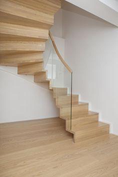 MELBY Vilje //  Vilje foldetrapp uten frivange. Bæringen er i veggvangen, som er freset til å følge trappens trinn og opptrinn i overkant. Glassrekkverket er notet ned i trinn og opptrinn. Stairways, Interior Architecture, Furniture Design, Windows, Traditional, House, Home Decor, Stairs, Architecture Interior Design