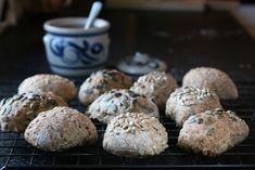 Til julens frokoster, lunsjer og buffeter smaker det alltid godt med nybakte, lune rundstykker. Rundstykkene er bakt med litt rugmel, og frø og kjerner fra GoGreen gir en god smak og krønsj til det hele. Sett gjerne deigen kvelden før, slik at du kan overraske med rykende fersk bakst til frokost eller lunsj.