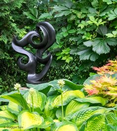 with photography by Maggie Sale There was a time when art collections were displayed in grand homes, and were a sign of wealth . Small Garden Tools, Small City Garden, Back Gardens, Small Gardens, Flagstone Pathway, Townhouse Garden, Small Sculptures, Heuchera, Grand Homes