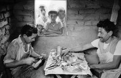 Προσφυγική περιόχή Δουργούτι (Νέος Κόσμος) φωτογράφος ο Ελβετός Hans Gerber.Οι φωτογραφίες είιναι απο το φωτογραφικό αρχείο τηs EPH Bibliothek Zurich.