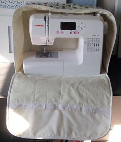 Hoje as máquinas de costura estão bastante compactas e fáceis de se carregar, principalmente pelo fato de você poder colocar dentro de uma bolsa e sair com ela para fazer suas costuras ou confeccio…