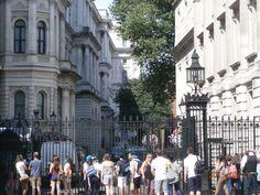 Tras la reja, la calle donde está Downing Street 10, residencia del Primer Ministro.