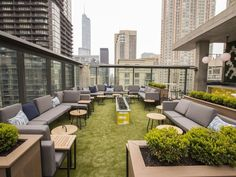 10 Apogee Vertical Sky Lounge is no more but a new urban oasis has sprung up in its place. The redesigned Dana Hotel & Spa rooftop now sports comfy couches carpet-like turf and green shrubbery to help guests escape the bustle of the city. Roof Terrace Design, Rooftop Design, Rooftop Lounge, Rooftop Terrace, Terrace Garden, Rooftop Gardens, Rooftop Chicago, Terrace Ideas, Garden Bar