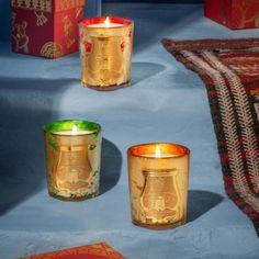 Exklusive Weihnachtsedtion der Manufaktur-Duftkerze im edlem goldenem Glas. Von Hand wird jedes Glas innen lackiert, bevor es mit Blatt Silber verziert wird.Der Duft bezaubert uns mit marokkanischer Minze, begleitet von Akkorden an Ingwer, Tee und Tabak erfüllt sie die Räume mit einem köstlichen Hauch von Orient und Abenteuer. Aufregend anders! €85 Old Candles, Beeswax Candles, Scented Candles, Candle Jars, French Christmas, Christmas Holidays, Moroccan Lanterns, Deco Boheme, Home Decor Accessories