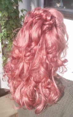 How bloody cute is this hair colour! Love this pastel pink - super girly and perfect for summer.
