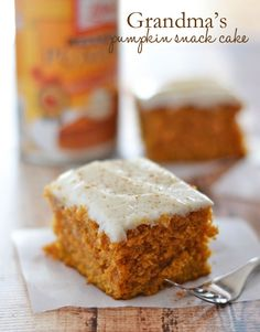 Pumpkin Snack Cake This Pumpkin Snack Cake is packed full of fall flavors, and topped with a easy cream cheese cinnamon-dusted frosting!This Pumpkin Snack Cake is packed full of fall flavors, and topped with a easy cream cheese cinnamon-dusted frosting! Fall Desserts, Just Desserts, Delicious Desserts, Dessert Recipes, Dinner Recipes, Yummy Treats, Sweet Treats, Gateaux Cake, Pumpkin Dessert