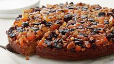 Upside-Down Fruit Cake Round Cake Pans, Round Cakes, Best Cake Recipes, Dessert Recipes, Party Recipes, Favorite Recipes, Dried Cherries, Dried Fruit, Christmas Desserts