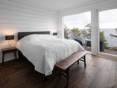 Image 6 of 19 from gallery of House On The Rocks / Pluspuu Oy. Photograph by Samuli Miettinen Prefab Homes, Log Homes, Cabins In The Woods, House In The Woods, House On The Rock, Tiny House, House Floor Plans, Terrace, Beach House