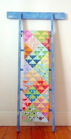 hst quilt tutorial by red pepper quilts ~ cute quilt ladder display. Patchwork Quilting, Quilting Room, Scrappy Quilts, Quilting Tutorials, Quilting Projects, Quilting Designs, Escalera Quilt, Quilt Ladder, Blanket Ladder