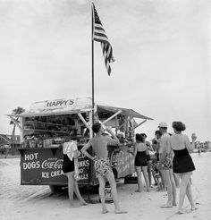 Stand Happy's Refreshment, Daytona Beach, Floride, 1954 Épreuve gélatino-argentique 29,5 x 28 cm Commerce Graphics Ltd. Inc. © Berenice Abbott / Commerce Graphics Ltd, Inc