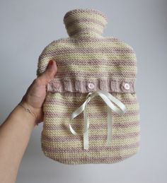 Knitting for beginners Lesson two: a striped hot water bottle . Pin Knitting for beginners lesson Knitting Patterns Free, Knit Patterns, Free Knitting, Free Pattern, Stitch Patterns, Small Knitting Projects, Diy Crafts Knitting, Knitted Blankets, Knitted Hats
