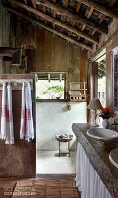 We found interesting country bathroom designs for you. The one that live in the country and the one that have a house in the country, these designs are Outdoor Bathrooms, Rustic Bathrooms, Modern Log Cabins, Cabins And Cottages, Wood Bedroom, Deco Design, Cottage Homes, Beautiful Bathrooms, House In The Woods