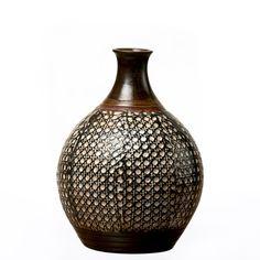 Produzido em cerâmica, sua cor em tons terrosos combina com os mais diversos estilos e cores, para você compor seu espaço com muito estilo e sofisticação. Versatilidade e bom gosto para o seu decor. #Vaso #LojaSoulHome