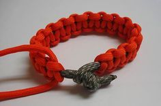 Directions for making a Survival Bracelet out of paracord.