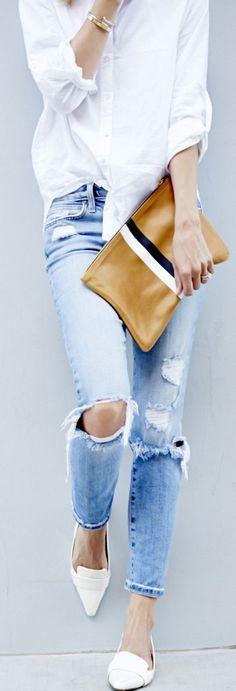 biela kosela, jeansy a biele lodicky