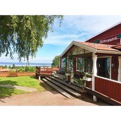 """Typisch schwedenrot ist das @tallbergsgarden Hotel in Tällberg, Dalarna. Wusstet ihr, das besagte Farbe nicht weit von dort, nämlich in Falun, ihren Ursprung hat? Sie ist sogar nach dem Ort benannt, """"Falunrot"""". ❤️"""