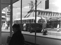 Arnhem: Het wachtlokaal van de GVA op het Stationsplein, 1955