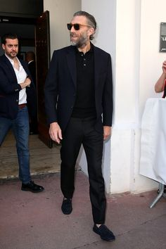 When It Comes to Casual Suits, You Should Copy a Frenchman - GQ Casual Suit Styles, Mens Casual Suits, Style Casual, Vincent Cassel, Cool Vintage, Vintage Modern, Gentleman Mode, Gentleman Style, Suit Fashion