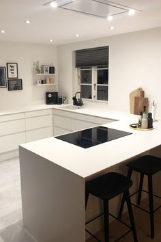 Lots of pictures of our customers' kitchens, Spice up your white kitchen with delicious accessories and get a look that is both personal and straight to Bo Better. Kitchen Room Design, Home Decor Kitchen, Kitchen Interior, New Kitchen, Küchen Design, House Design, Danish Kitchen, Interior Decorating, Interior Design