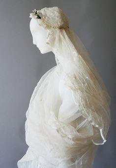 Brautschleier mit Brautkranz, Baumwolltüll und Baumwollspitze, 26.12.1942 © Wien Museum Museum, Wedding Season, Sculpture, Statue, History, Collection, Fashion, Fashion Styles, Bridal Veils