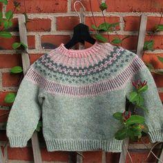 Strikkeopskrift på børnesweater - model Lille Ebbe og Else. Dejligbørnesweater med flot mønsterbort på bærestykket Se billeder med inspiration til andre farvekombinationer Størrelse: 6-12 mdr. (1- 2 år) 2 - 3 årHalv overvidde: 31 (32½) 33½ cm Hel længde: 33 (36) 40 cm Garnforbrug:Bundfarve: 100
