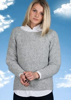 Flot strikket sweater i en moderne grå farve. Sweateren strikkes i det lette og bløde Mayflower Sky.