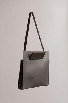 Beautiful minimalistic and geometric leather bag. Minimalist Bag, Minimalist Living, Best Bags, Leather Craft, Leather Bags, Leather Totes, Leather Backpacks, Handmade Leather, Vintage Leather