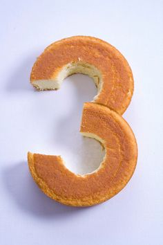How to make ANY number out of birthday cake. How to cut a cake to turn it into ANY number Perfect for birthday cakes! Party Desserts, Just Desserts, Delicious Desserts, Birthday Fun, Birthday Parties, Thomas Birthday Cakes, Birthday Ideas, Piece Of Cakes, Cake Tutorial