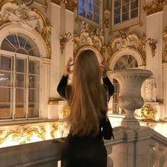 Classy Aesthetic, Aesthetic Girl, Flower Aesthetic, Travel Aesthetic, Poses, Parisian Girl, Parisian Style, Old Money, Jolie Photo
