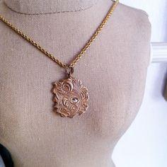Flor de Bronze: É colar de design moderno de simplicidade elegante, com um pingente de bronze artesanal e zirconia.  R$94