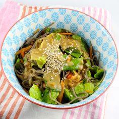 Soba Nudeln sind für mich eine willkommene Abwechslung zu Spaghetti oder Reisnudeln. Sie lassen sich super schnell kochen und gelten in Japan sogar als Glücksbringer.