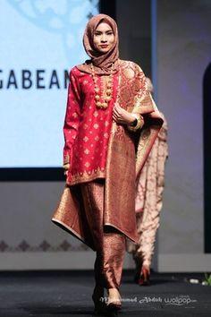 Kayak ini papa sayang Malay Wedding Dress, Wedding Dresses, Indonesian Kebaya, Ways To Tie Scarves, Model Kebaya, Batik Kebaya, Traditional Dresses, Hijab Fashion, African Fashion
