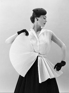 Clothes 1952 - Gigi is wearing a Givenchy sleeveless blouse with skirt and sash made of tiny accordian pleats, photo by Nat Farbman 1950s Style, Vintage Outfits, Vintage Dresses, Vintage Glamour, Fifties Fashion, Retro Fashion, Fashion Vintage, Fashion History, Fashion Tips