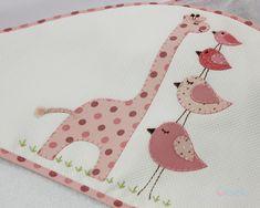 KIT com 3 peças incluindo nossas toalhas queridinhas, que os bebês usam por anos 1. Toalha de Banho - 1,00 x 1,00 m Tecido: Toalha de banho de malha atoalhado de ótima qualidade e muito macia para o seu bebê com Capuz: capuz feito em piquet bordado patchwork forrado com toalha fralda para ma... Applique Templates, Applique Patterns, Applique Quilts, Baby Quilt Patterns, Baby Sewing, Baby Quilts, Baby Items, Diy And Crafts, Sewing Projects