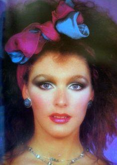 Halloween Idee Frisuren Source by neuesteefrisurenclub 1980s Makeup And Hair, 1980 Makeup, 80s Makeup Looks, Disco Makeup, Clown Makeup, Hair Makeup, Vintage Makeup, Big Hair, 80s Fashion