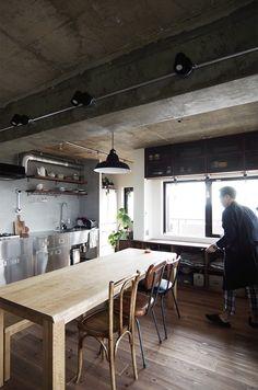 壁付けのキッチンで、開放的な空間。 テーブルはHACHI KAGUでオーダーメイド by EIGHT DESIGN
