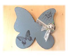 decoration_murale_shabby_forme_papillon_en_medium_peint_en_gris_dentelles_et_fleur