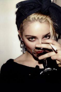 Madonna compartilha foto antiga com legenda enigmática