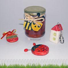 Χειροποίητα κεραμικά στοιχεία για μπρελόκ αξεσουάρ και διακόσμηση σε συσκευασία. Greek handmade ceramic decorative charms for accessories. Souvenir