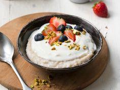 Våre beste oppskrifter på hjemmelaget grøt | Meny.no Frisk, Acai Bowl, Panna Cotta, Pudding, Breakfast, Ethnic Recipes, Desserts, Food, Acai Berry Bowl