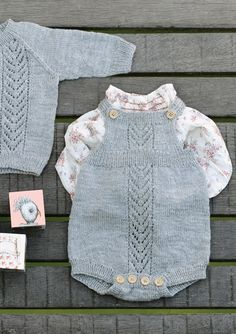 Ravelry: Romper med hullmønster pattern by Åsa Christiansen Knitted Baby Outfits, Knitted Baby Clothes, Knitted Romper, Knitting Patterns Boys, Knitting For Kids, Crochet Baby, Knit Crochet, Diy Vetement, Baby Pullover