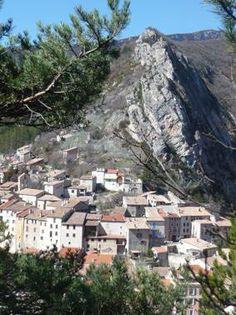 Serres blotti au pied de la Pignolette. #buech #PACA Provence, Green Houses, Mountains, Paisajes, Provence France