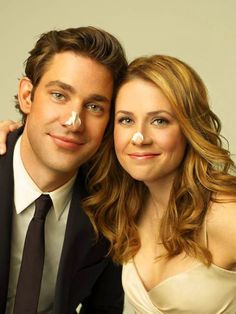 Oh! How cute! lookin like a superstar.: John Krasinski & Jenna Fischer by Peggy Sirota. The Office Jim, The Office Show, Office Fan, John Krasinski Jenna Fischer, Hahaha Joker, Pretty People, Beautiful People, Superstar, Jim Pam