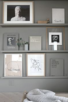Simple and Stylish Ideas: Glass Floating Shelves Decor wooden floating shelves living room.Floating Shelves Above Couch Display floating shelves bedroom corner.Floating Shelves Above Couch Display. Decoration Bedroom, Room Decor, Home Decoration, Interior Styling, Interior Design, Interior Lighting, Ideias Diy, Scandinavian Interior, Picture Wall