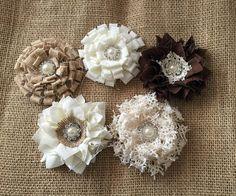5 fleurs à la main de la shabby chics dentelle, tissu et toile de jute